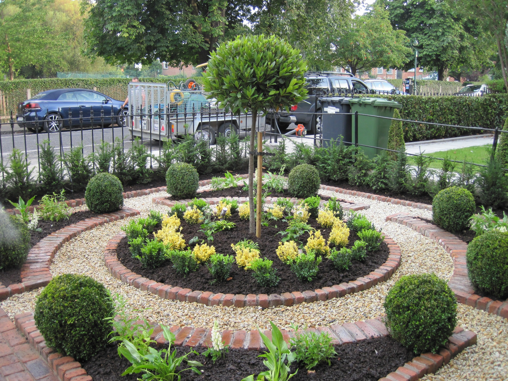 Small formal gardens miniature front formal garden via for Your garden design